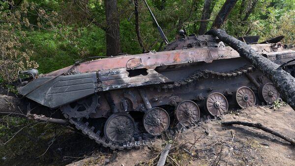 Сгоревшая БМП-2 на окраине города Рубежное в Луганской области, Архивное фото