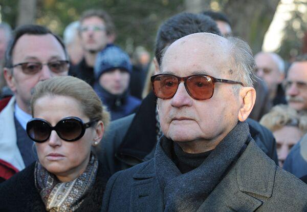 Бывший президент Польши генерал Войцех Ярузельский с дочерью Моникой на похоронах Мечислава Раковского в Варшаве