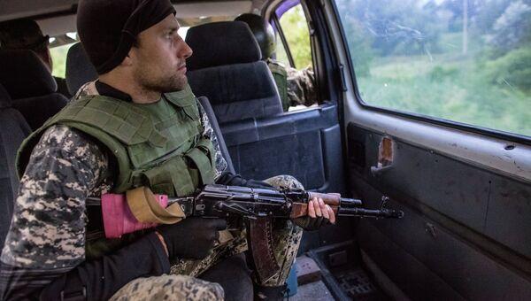 Бойцы народного ополчения едут на отдаленную позицию возле Славянска