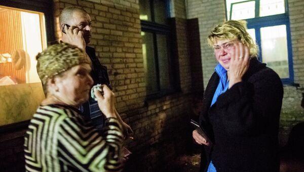 Родные пострадавших в результате обстрела украинских военных у больницы Славянска