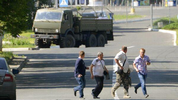 Мирные жители убегают от международного аэропорта Донецка