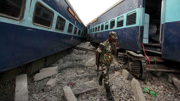 Столкновение пассажирского и товарного поездов у города Халилабад в Индии