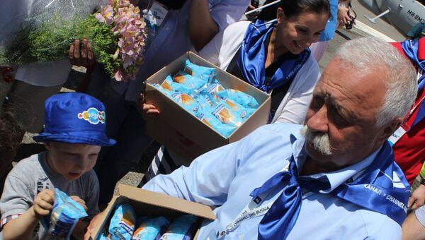 Телеведущий Первого канала Леонид Якубович дарит детям мороженое