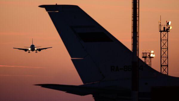 Самолет заходит на посадку, архивное фото