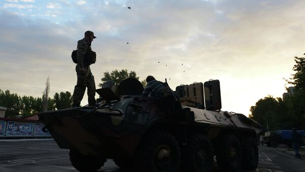 Бронетранспортер, захваченный ополченцами во время боя в Луганске