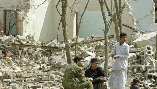 Жители одного из домов в Багдаде, разрушенных во время войны в Персидском заливе. Архивное фото