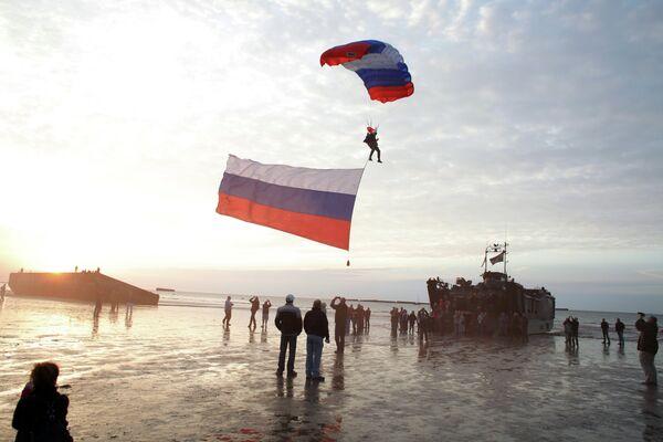Парашютист с российским флагом участвует в мероприятии по случаю 70-летия высадки союзников в Нормандии