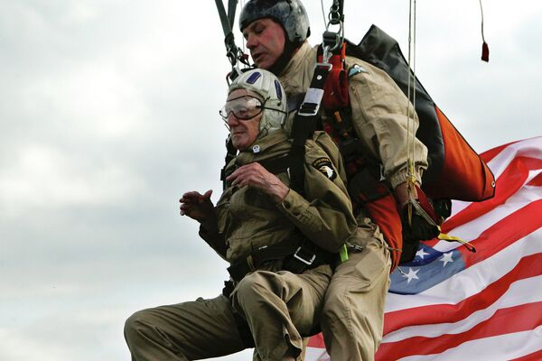 93-летний ветеран ВОВ Джим Мартин совершает прыжок с парашютом на Юта-Бич