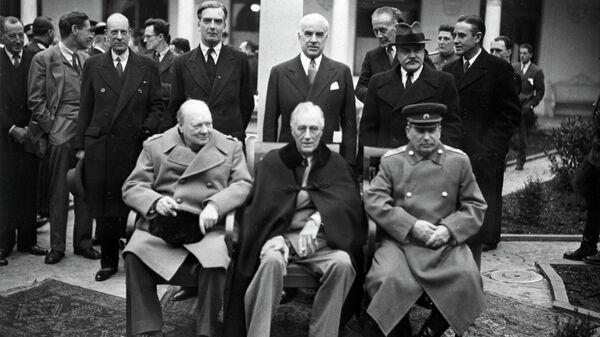 Премьер-министр Великобритании Уинстон Черчилль, президент США Франклин Делано Рузвельт и маршал СССР Иосиф Сталин перед началом одного из заседаний Ялтинской конференции
