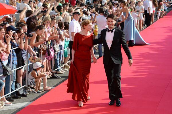 Актер Даниил Страхов с супругой Марией на Красной дорожке церемонии закрытия XXV Российского кинофестиваля Кинотавр