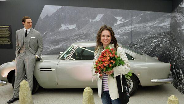 Посетительница во время открытия выставки Дизайн 007: 50 лет стилю Джеймса Бонда