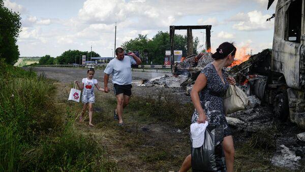 Местные жители во время эвакуации из поселка Металлист после артиллерийского обстрела. 16 июня 2014
