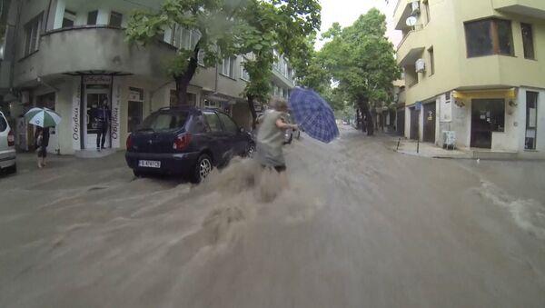 Потоки воды захлестнули улицы Варны в Болгарии из-за мощных ливней