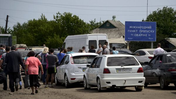 Беженцы на пограничном пункте пропуска Изварино в Луганской области