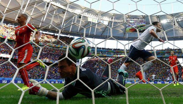 Матье Вальбуэна забивает гол в матче Франция - Швейцария группового этапа чемпионата мира по футболу - 2014