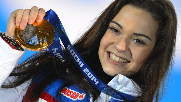 Аделина Сотникова во время медальной церемонии Олимпийских игр в Сочи. Архивное фото