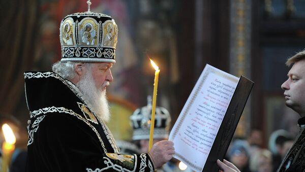 Патриарх Московский и всея Руси Кирилл во время утрени с чином погребения плащаницы в храме Христа Спасителя в Москве
