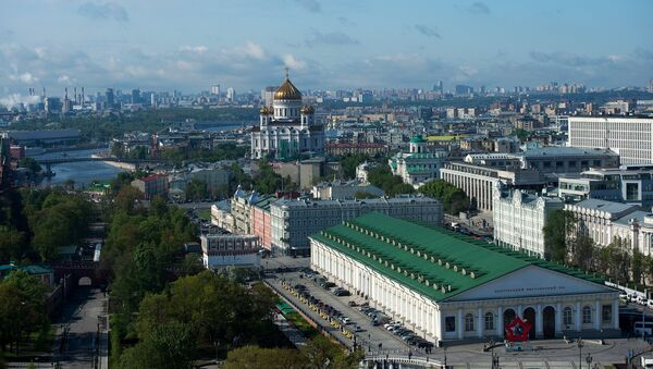 Вид на здание центрального выставочного зала Манеж и храм Христа Спасителя в Москве
