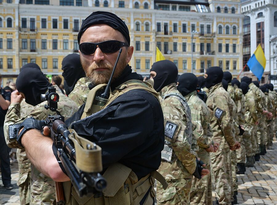 Новобранцы батальона Азов во время церемонии принятия присяги на Софийской площади в Киеве