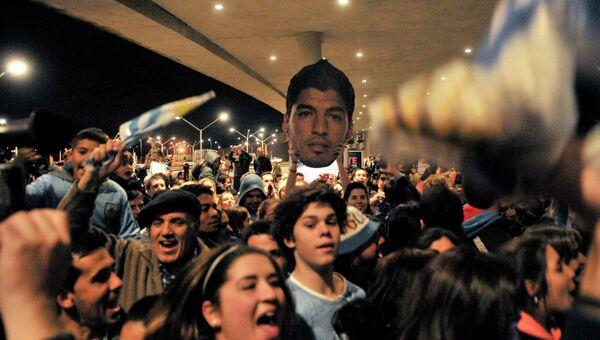 Фанаты держат фото Луиса Суареса дисквалифицированного за укус итальянца Джорджо Кьеллини