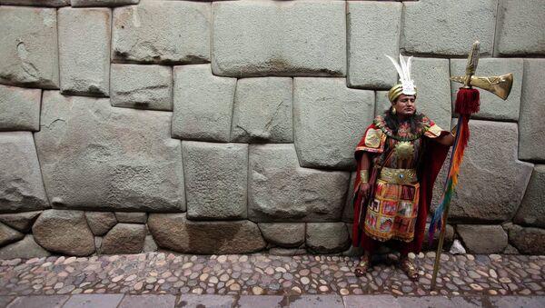 Местный житель одетый в традиционную одежду Инков
