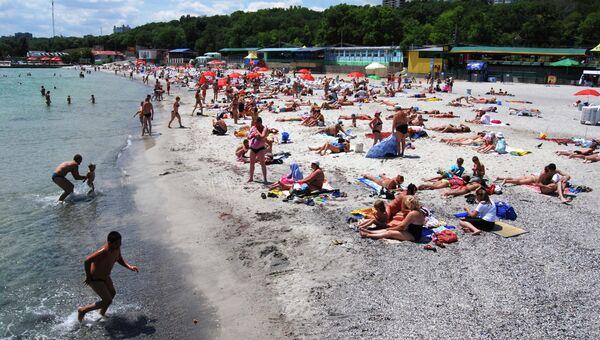 На пляже в Одессе. Архивное фото.