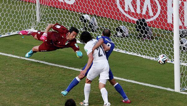 Голкипер сборной Италии Джанлуиджи Буффон пропускает гол в матче с Уругваем на чемпионате мира