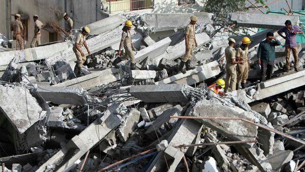 Индийские спасатели работают на месте обрушения здания в городе Ченнаи. Архивное фото