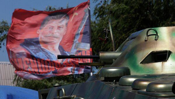 Бронемашина ополчения в селе Карловка под Донецком