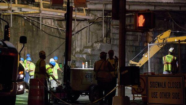 Рабочие на месте обрушения фасадной части Бруклинского моста. Фото с места происшествия