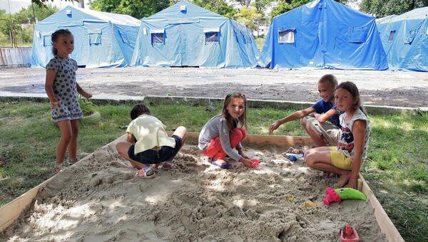 Дети из семей беженцев в лагере МЧС в Симферополе