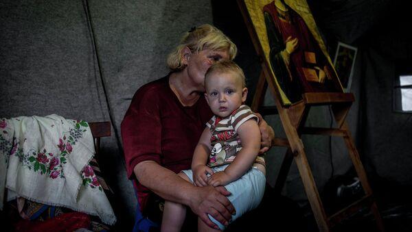 Беженцы из Украины в палатке в лагере в Ростовской области