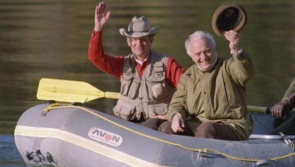 Госсекретарь США Джеймс Бейкер III и министр иностранных дел СССР Эдуард Шеварднадзе на рыбалке. Архивное фото
