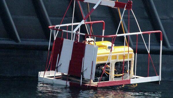 Спасатели спускают телеуправляемый подводный аппарат Тайгер