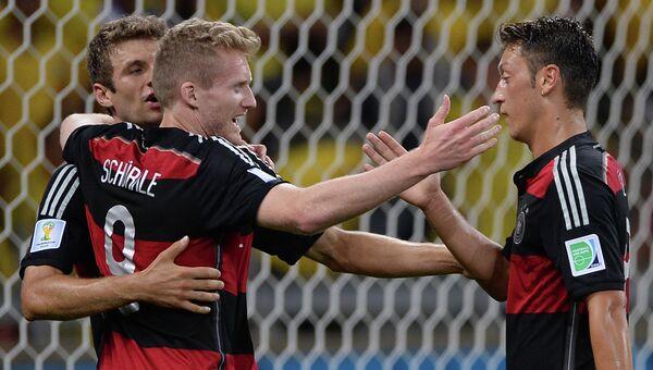 Игроки сборной Германии Андре Шюррле, Томас Мюллер и Месут Озил