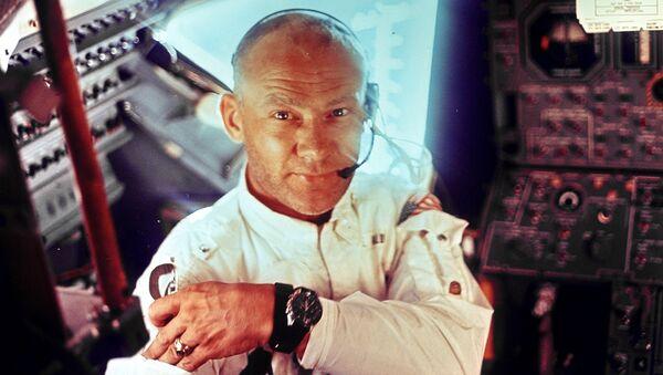 Астронавт Базз Олдрин на борту космического корабля Аполлон-11. Архивное фото