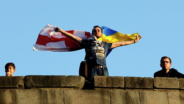Человек держит флаги Грузии и Украины в Тбилиси, архивное фото