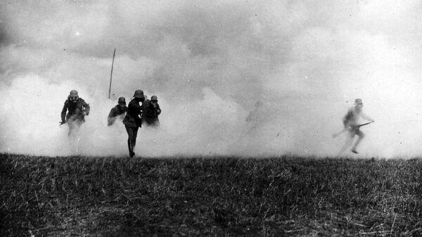 Немецкие солдаты во время газовой атаки