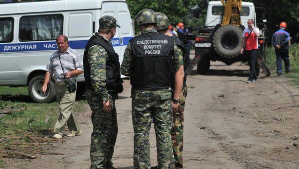 Сотрудники правоохранительных органов у одного из частных домов в Ростовской области. Архивное фото