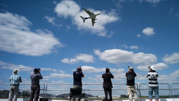 Посетители авиасалона Фарнборо 2014 смотрят на самолет Airbus Industrie A380