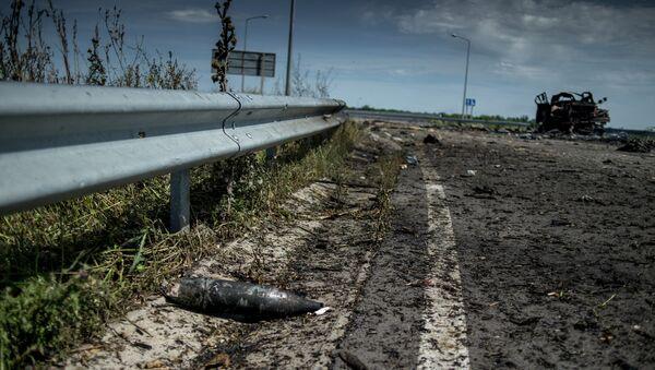Неразорвавшийся снаряд на дороге в районе поселка Роскошное