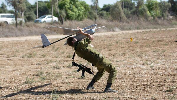 Израильский солдат запускает беспилотник Skylark