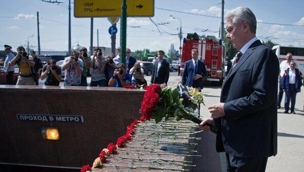 С.Собянин возложил цветы у метро Парк Победы