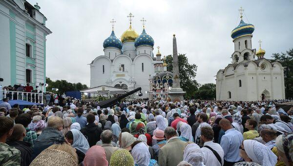 Верующие во время богослужения на Соборной площади Троице-Сергиевой лавры
