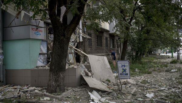 Последствия артиллерийского обстрела в Луганске, архивное фото