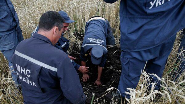 Украинские спасатели на месте крушения малайзийского лайнера Boeing 777 в районе Шахтерска