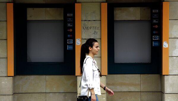 Неработающие банкоматы Банка Кипра, архивное фото