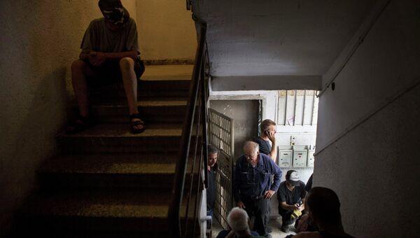 Жители города Тель-Авив укрываются в здании во время ракетного обстрела
