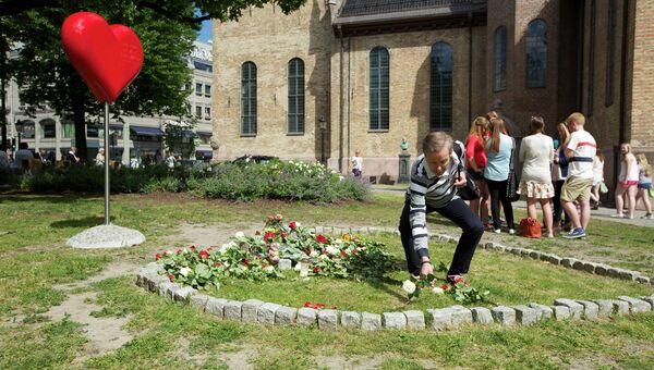 Цветы на месте теракта в Осло