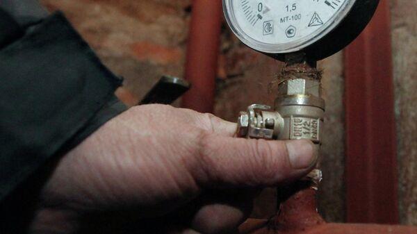 Манометр системы отопления в подвале одного из жилых домов. Архивное фото